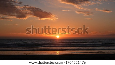 Blue then golden sunset over the horizon with a few clouds at Pismo Beach, California. Zdjęcia stock ©