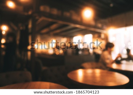 Blur background at wooden style restaurant and cafe with people. Lamp bokeh with window light. Foto stock ©