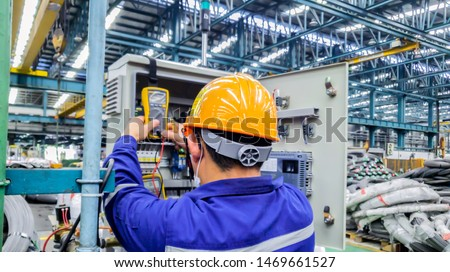 Blur background of electrical engineer are working on factory site, Technician check fault in power control unit on factory site, Electrician are checking fault in control box Foto stock ©
