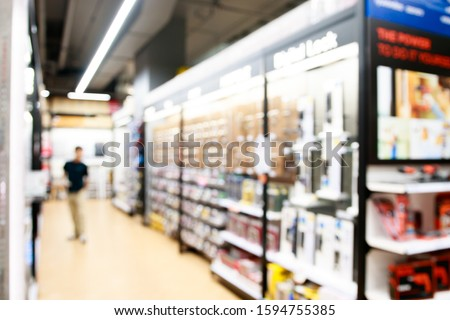 Blurred large hardware store with shelves and products for sale. Home improvement concept. Foto stock ©