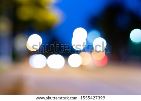 Blurry images, blurry images, cars on the roads that run in opposite directions, and the light reflected in beautiful bokeh.