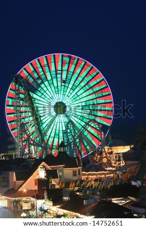 Blurry / long exposure image of a brightly lit ferris wheel ride