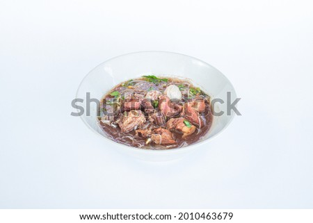 Boat Noodle, Spicy thai beef noodle, 'Kuay Tiew Rua' with beef rind and pork Crackling Foto stock ©