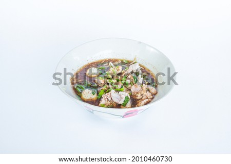 Boat Noodle, Spicy thai pork noodle, 'Kuay Tiew Rua' with pork rind and pork Crackling Foto stock ©