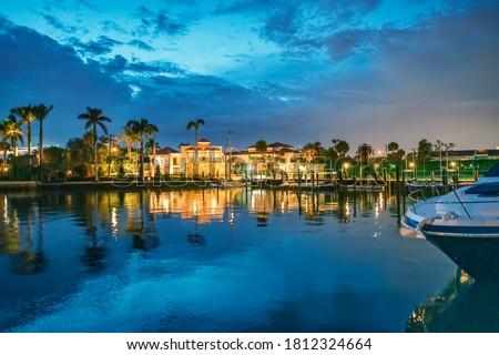 Boca Raton buildings along Lake Boca Raton at sunset, Florida. Foto stock ©