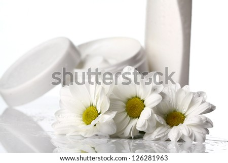 bodycream and daisies with splashes of milk