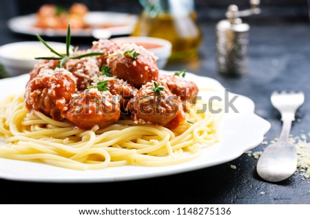 boiled spaghetty with meatballs and tomato sauce