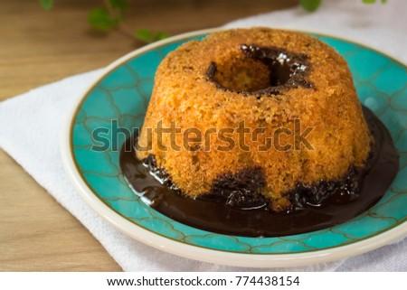 Bolo caseiro com  calda de chocolate- Cake Chocolate Foto stock ©