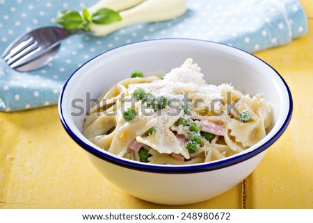 Bow ties pasta with ham, green peas and parmesan