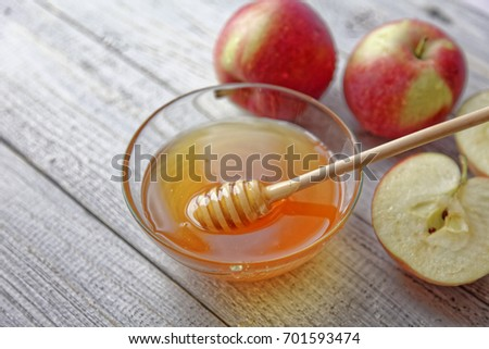 Bowl rustic honey and apples on wooden table. Traditional celebration food for the Jewish New Year. Concept Rosh Hashana. Stockfoto ©