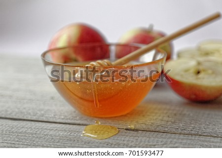 Bowl rustic honey and apples on wooden table. Traditional celebration food for the Jewish New Year. Concept Rosh Hashana Stockfoto ©