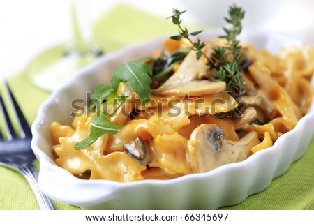 Bowtie pasta with mushrooms and cream