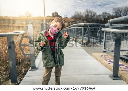 Boy playing in the park in Chicago during quarantine wearing a face mask Foto d'archivio ©