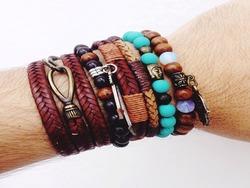 bracelet for men, puleira fashion, leather bracelet and polka dots.