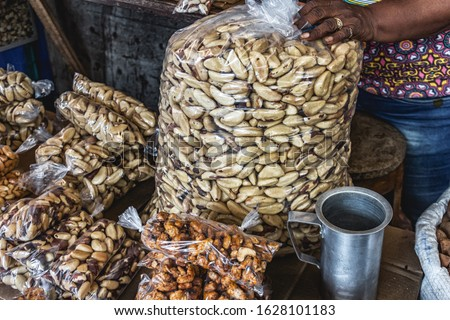Brazil Nuts, Also Known As Pará Nuts (Portuguese: Castanha-do-Pará or Castanha-do-Brasil) Being Sold in Famous and Traditional Touristic Market Ver-O-Peso, Downtown Belém, Pará State, North of Brazil Foto stock ©