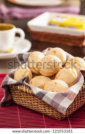 Brazilian cheese buns. Mesa de cafe da manha com pao de queijo