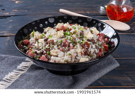 Brazilian food called Baião de Dois. Very common in the north of the country. Made with rice, beans, sausage and rennet cheese. Foto stock ©