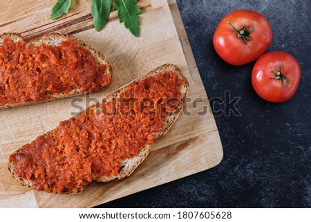 Bread with meat spread 'Sobrasada' from Majorca.  Top view on a wooden cutting board and dark background. Foto stock ©