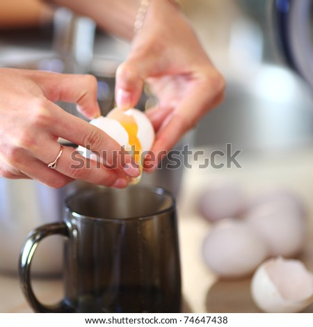 break an egg by cup