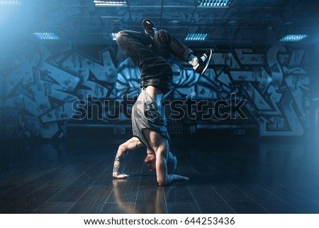 Breakdance motions, performer in dance studio Stockfoto ©