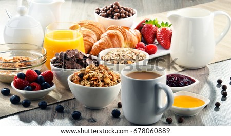 Breakfast served with coffee, orange juice, croissants, cereals and fruits. Balanced diet. Photo stock ©