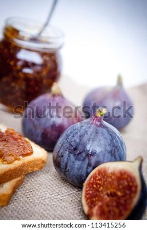 Breakfast with crispbread and sweet figs