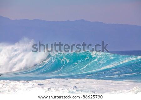 Breaking waves on a beach in Hawaii #86625790