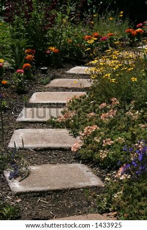 Ziegelsteinpfad mit Blumen