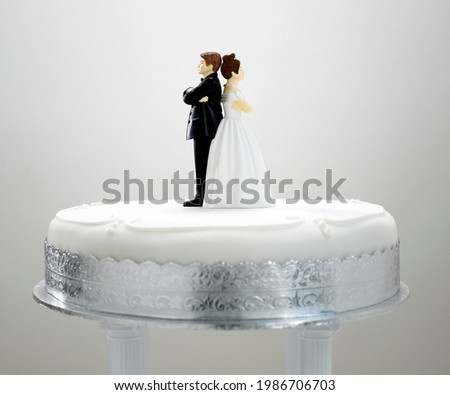Bride and Bridegroom Figurines Back to Back. Couple on Cake. Marriage Concept Foto d'archivio ©