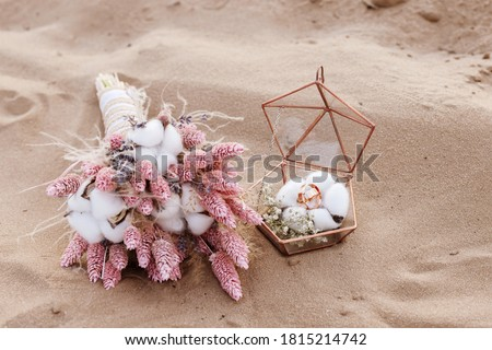 bride's bouquet of dried flowers and wedding rings Foto stock ©
