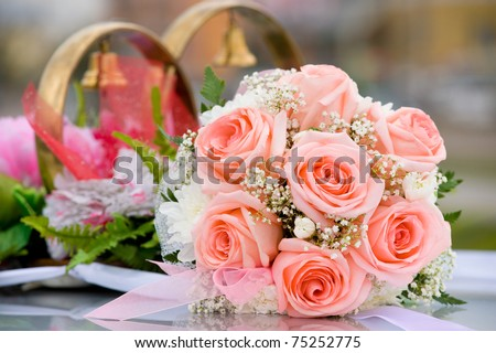 brides bouquet of roses against car wedding decoration