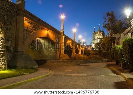 Bridge 'Lagos de Moreno' and Parish of 'La luz'. Lagos de Moreno - Jalisco - Mexico. Foto stock ©