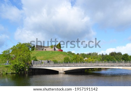 Bridge over the Shannon River, in Belleek, Northern Ireland, with Belleek Fort on the hill. Stok fotoğraf ©