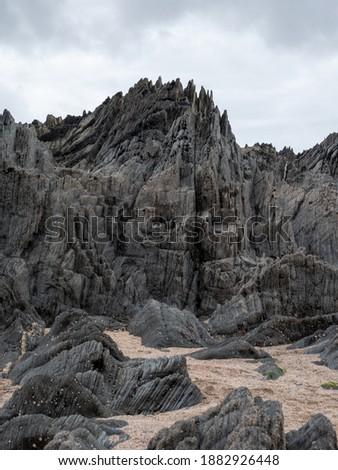 British Coastal Jagged Rock Formations with Sandy Beach Stock foto ©