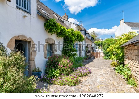 Brittany, Ile aux Moines island in the Morbihan gulf, typical houses in the village Foto stock ©