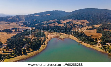Brockman Dam in the magical town of 'El Oro' State of Mexico, you can see the mountain ranges as well as the body of water and the forest vegetation Foto stock ©