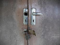 broken knob with door