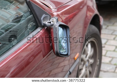 Broken rear-view mirror 01