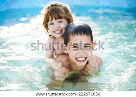 сестра с братом купаются фото