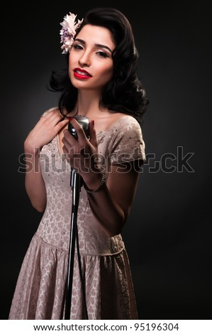 Brunette chanteuse in a cream colored dress