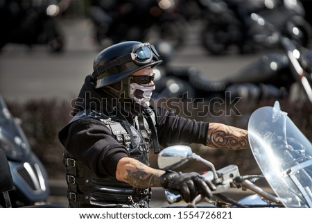 Brutal biker with skeleton mask. unidentified motorcycle rider in a mask takes part in a motorcycle parade           Foto stock ©