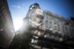 Bubbles with a low aperture in city streets