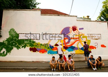 BUCHAREST - JUNE 15: People contribute to cultural projects on Street Arthur Verona - Painter as part of Street Delivery 2012, on June 15, 2012 in Bucharest, Romania
