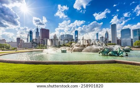 Buckingham fountain and Chicago downtown skyline