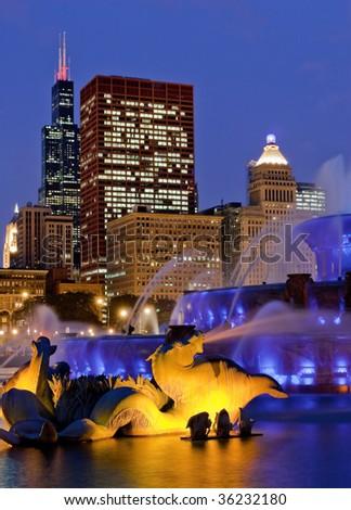 buckingham fountain chicago at night skyline blue