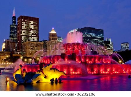 buckingham fountain chicago at night skyline red