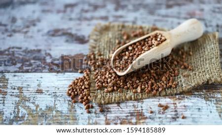 Buckwheat groats in a spatula. Healthy food concept. Vegan diet. Selective focus. Macro. Stockfoto ©