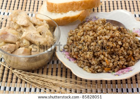 Buckwheat porridge with chicken and slices of bread