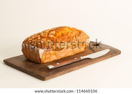 BudÃ?n sobre una tabla de madera con un cuchillo de acero inoxidable. Stok fotoğraf ©