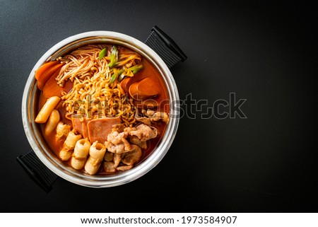 Budae Jjigae or Budaejjigae (Army stew or Army base stew). It is loaded with Kimchi, spam, sausages, ramen noodles and much more - popular Korean hot pot food style Foto stock ©